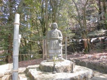 えびの市 白鳥神社 倭建命石像.JPG