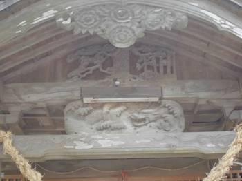 延岡市5 三須神社 拝殿前彫刻.jpg