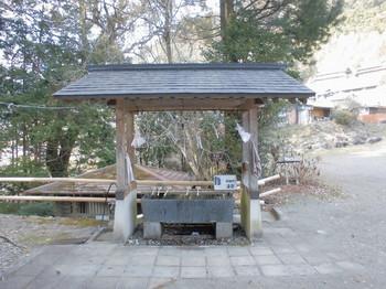 椎葉村 十根川神社 手水舎.JPG
