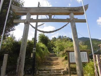 美郷町2 水清水みずしだに神社 参道階段.jpg