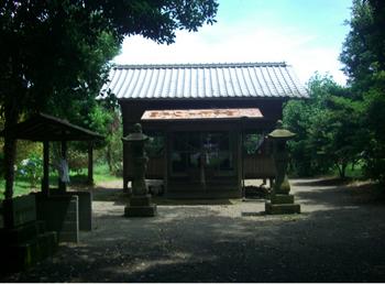 羽黒神社拝殿前.JPG