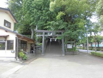 都城市 旭丘神社(ひのおじんじゃ)正面鳥居.jpg