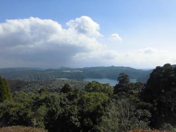 高原町 霧島東神社 境内から御池を見る.JPG
