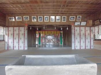 7新富町 八幡神社 お社内.JPG